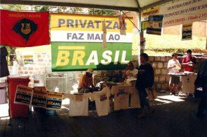 """Exemplo de uso da marca da campanha """"Privatizar Faz mal ao Brasil"""" em atividade do Sindipetro-RS durante o II Forum Social Mundial, realizado em 2002, em Porto Alegre"""